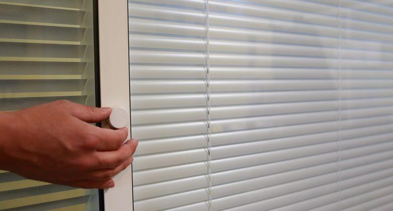 Stores dans cloisons de bureaux double vitrage