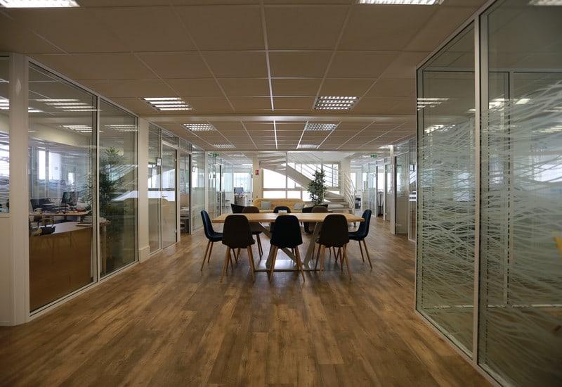 cloison de bureaux vitrée dans un espace de coworking